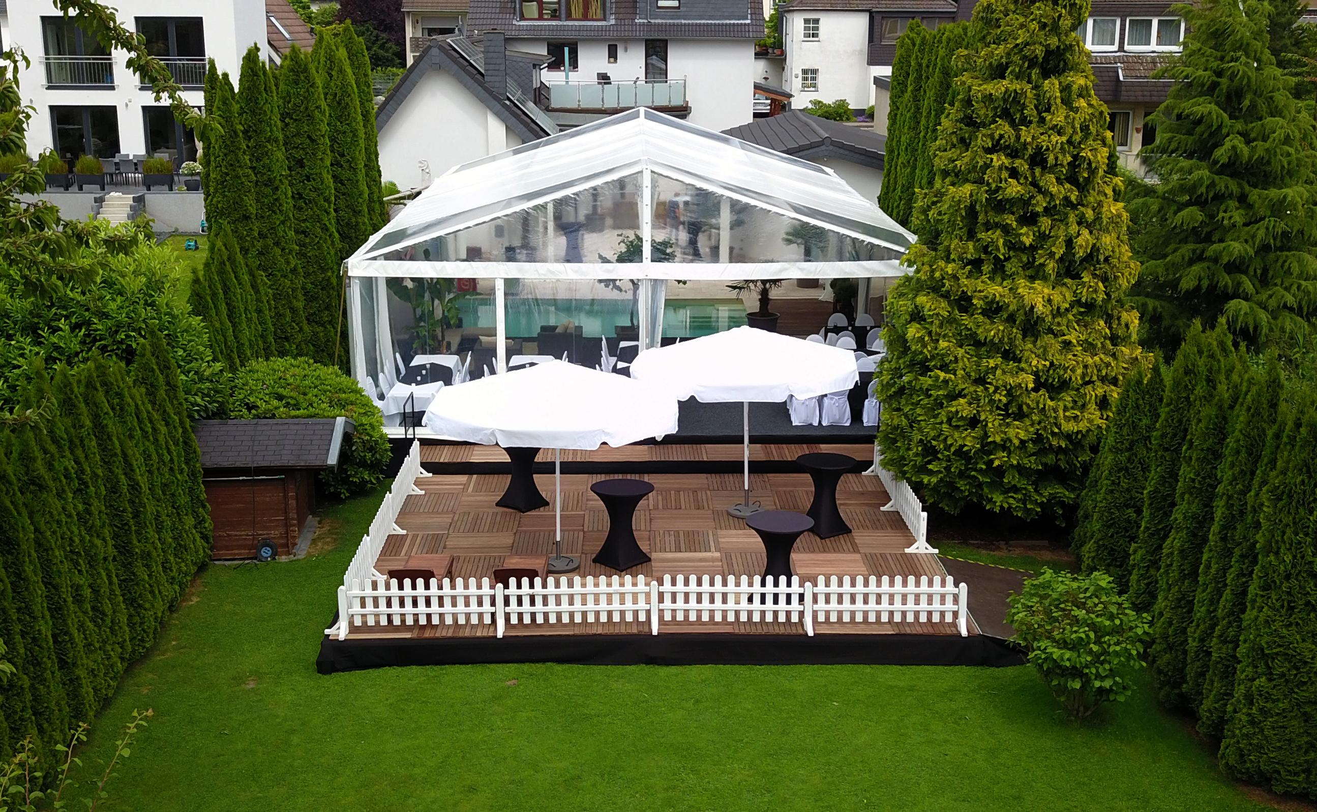 hochzeit-im-garten-hochzeitszelt-mit-terasse-mit-einer-pool-überdachung